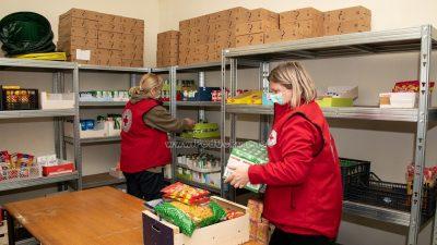 U OKU KAMERE Volonteri i djelatnici Crvenog križa pomažu starijima