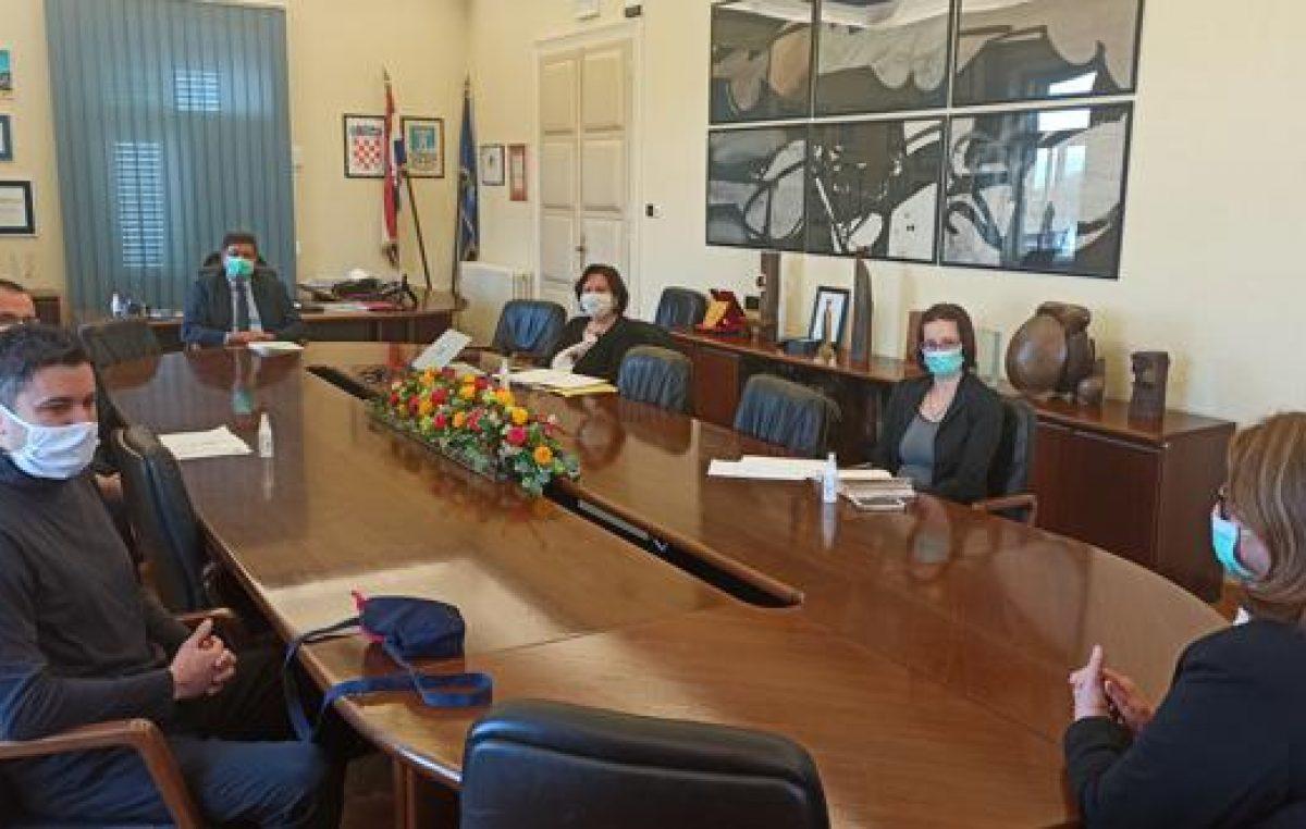 Grad održao pregovore sa sindikatima o smanjenju plaća, Dujmić kaže da će restrikcije trajati 'koliko bude potrebno'