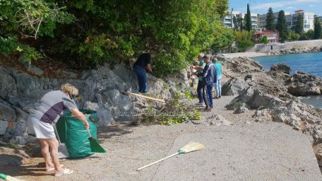 FOTO Petnaestak građana u radnoj akciji: Uređena plaža i okoliš hotela Belveder