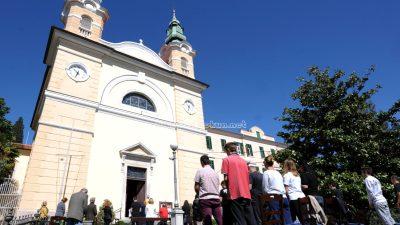 U OKU KAMERE Održana su prva misna slavlja – U Voloskom misa je održana ispred crkve Sv. Ane