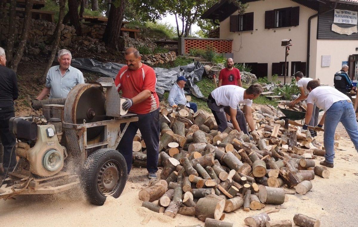 FOTO Održana radna akcija u Planinarskom domu 'Poklon'