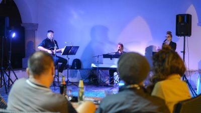 U OKU KAMERE Program Kastafskog kulturnog leta nastavljen nastupom banda 'In Between'