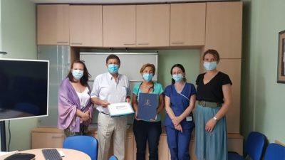 U OKU KAMERE Uručena donacija Dječjoj bolnici Kantrida – Grad Opatija donirao 20 tisuća kuna