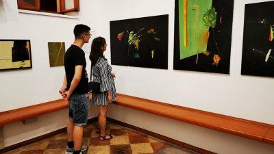 U OKU KAMERE U Galeriji Alvona otvorena je izložba akrilika Dorijana Šikića 'Autoportreti'