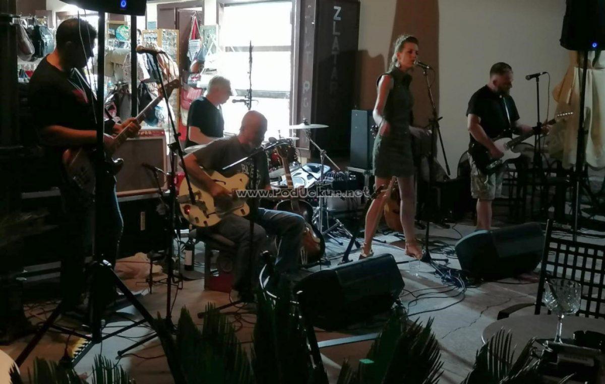 U OKU KAMERE E viva blues Istre i Kvarnera – Sjajni East trance blues band zaključio koncertni serijal u caffe baru Velebit