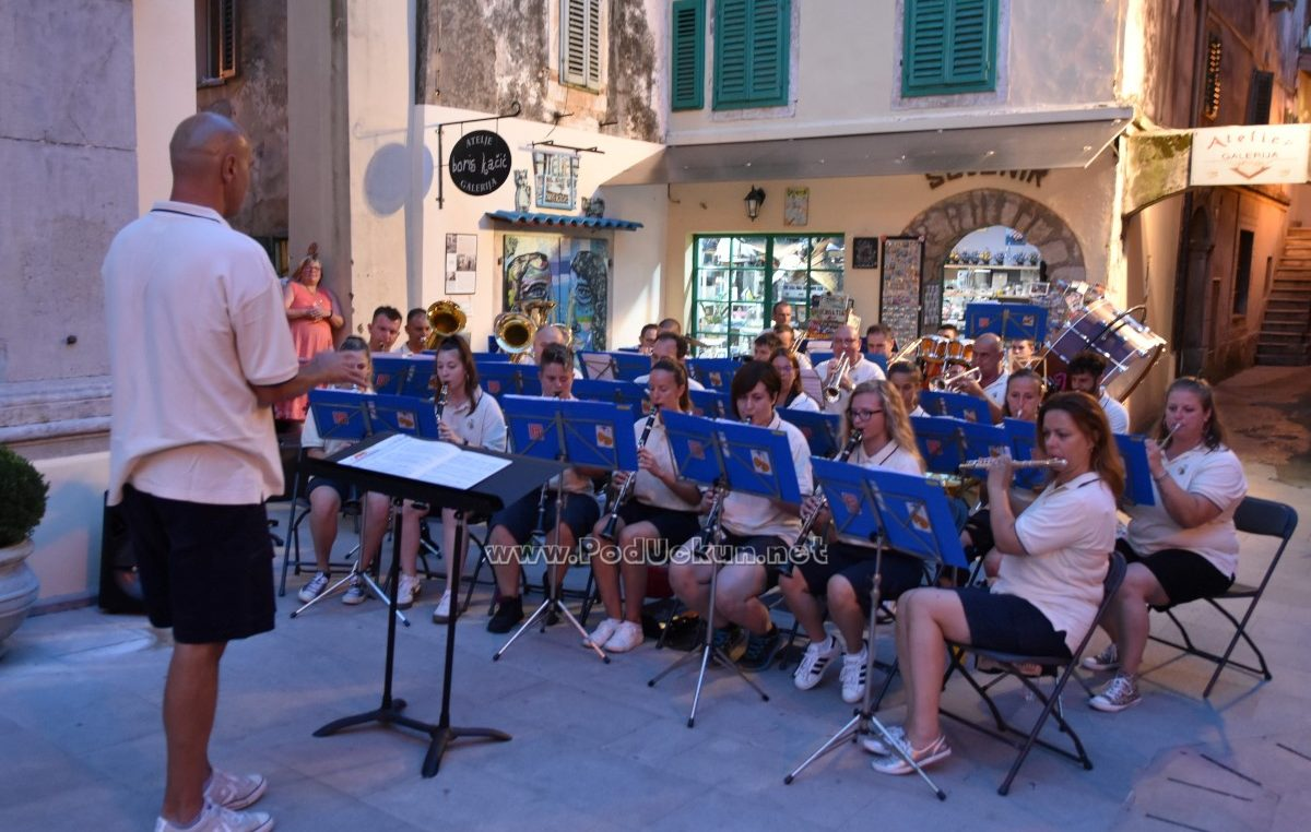 U OKU KAMERE Članovi Puhačkog orkestra Lovran održali sjajan koncert na trgu Sv. Jurja