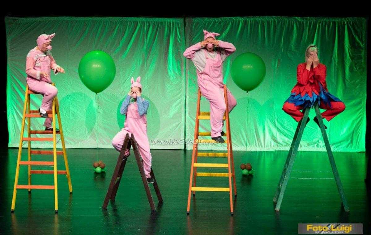 FOTO Mališani upoznali 'Tri praščića' u novom izdanju zahvaljujući predstavi Teatra Naranča