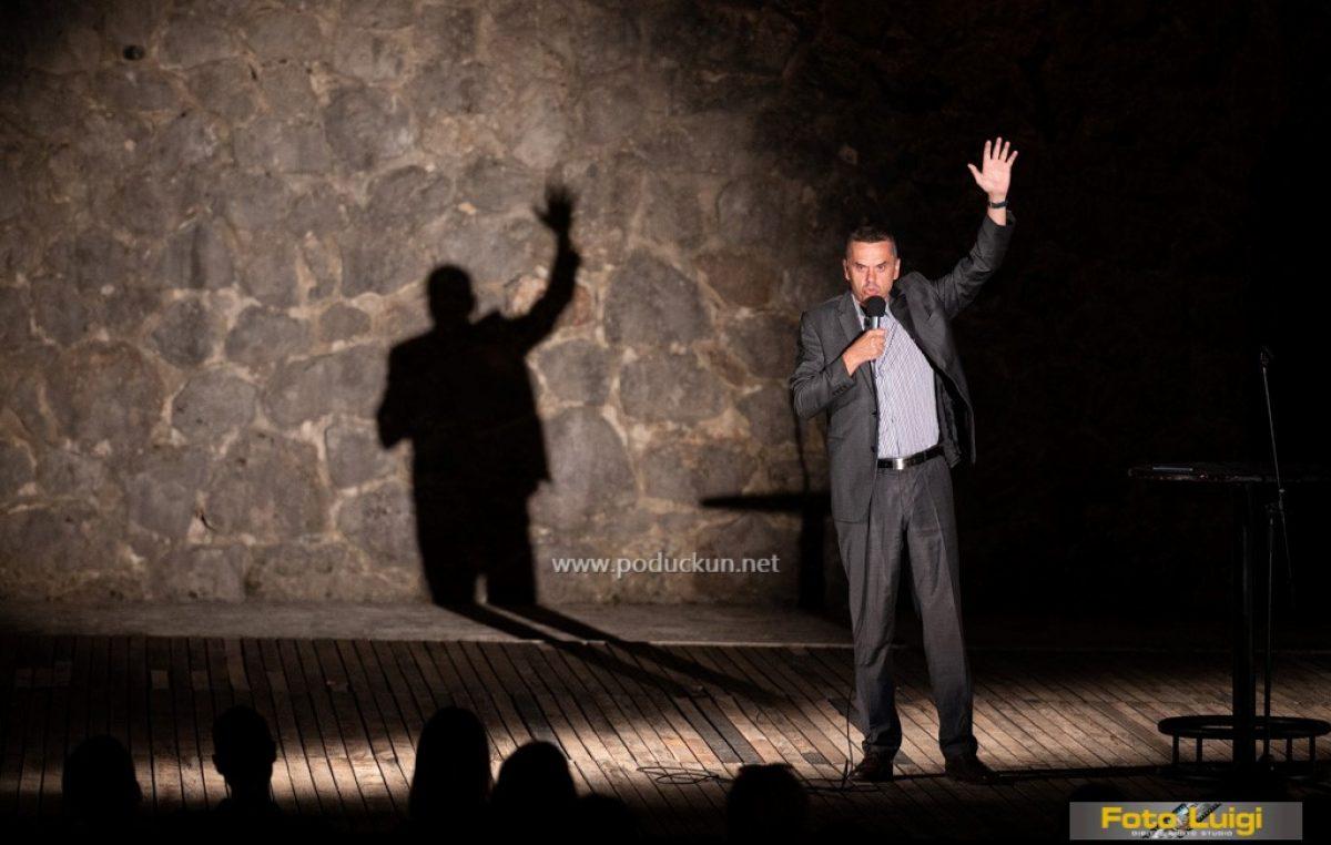 FOTO Ljubav je komplicirana – Stand up show Dejtnajt nasmijao Ljetnu pozornicu