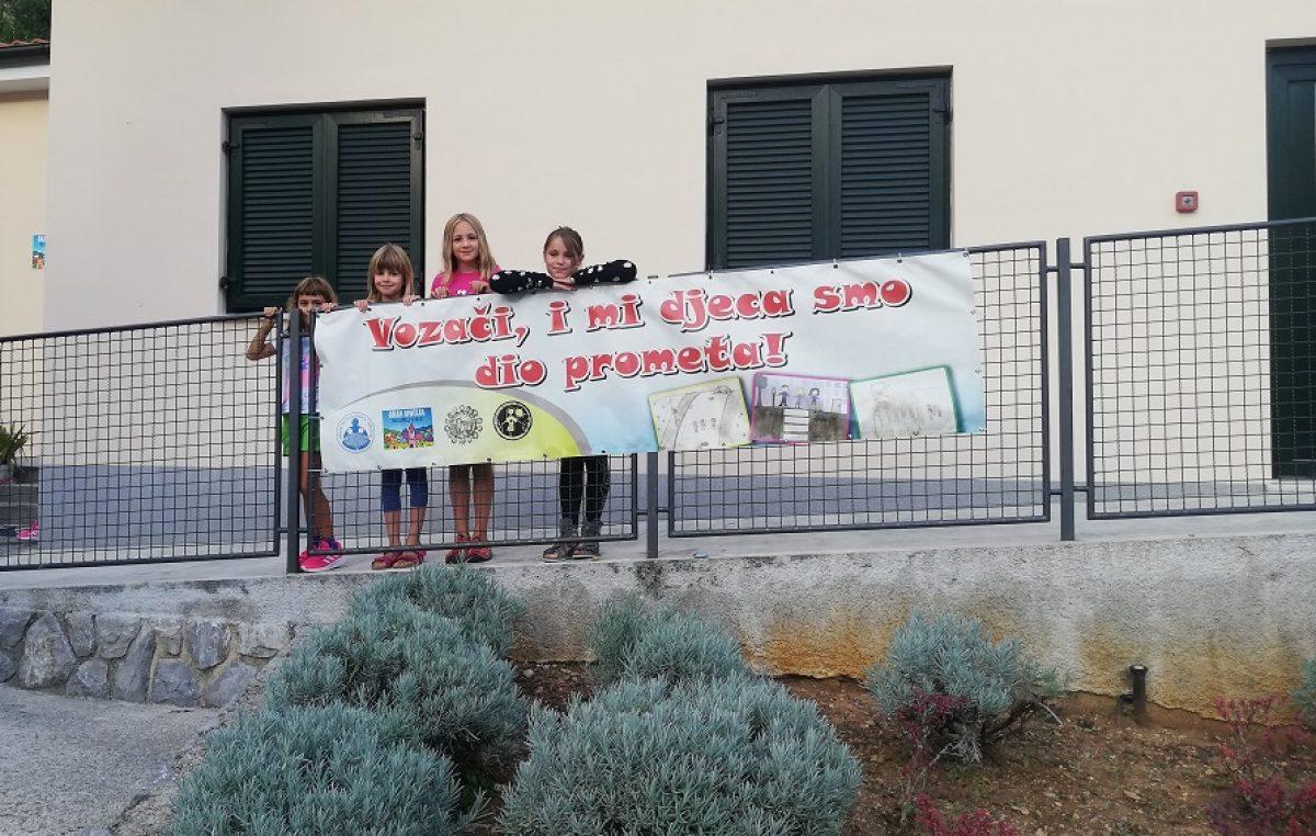 Za siguran koračić – Postavljeni transparenti s ciljem skretanje pažnje vozačima na djecu