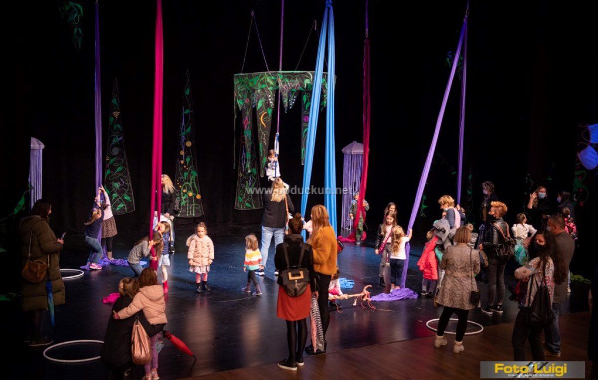 Neobična priča ispričana u zraku – Predstava zračnih akrobacija oduševila Gervais