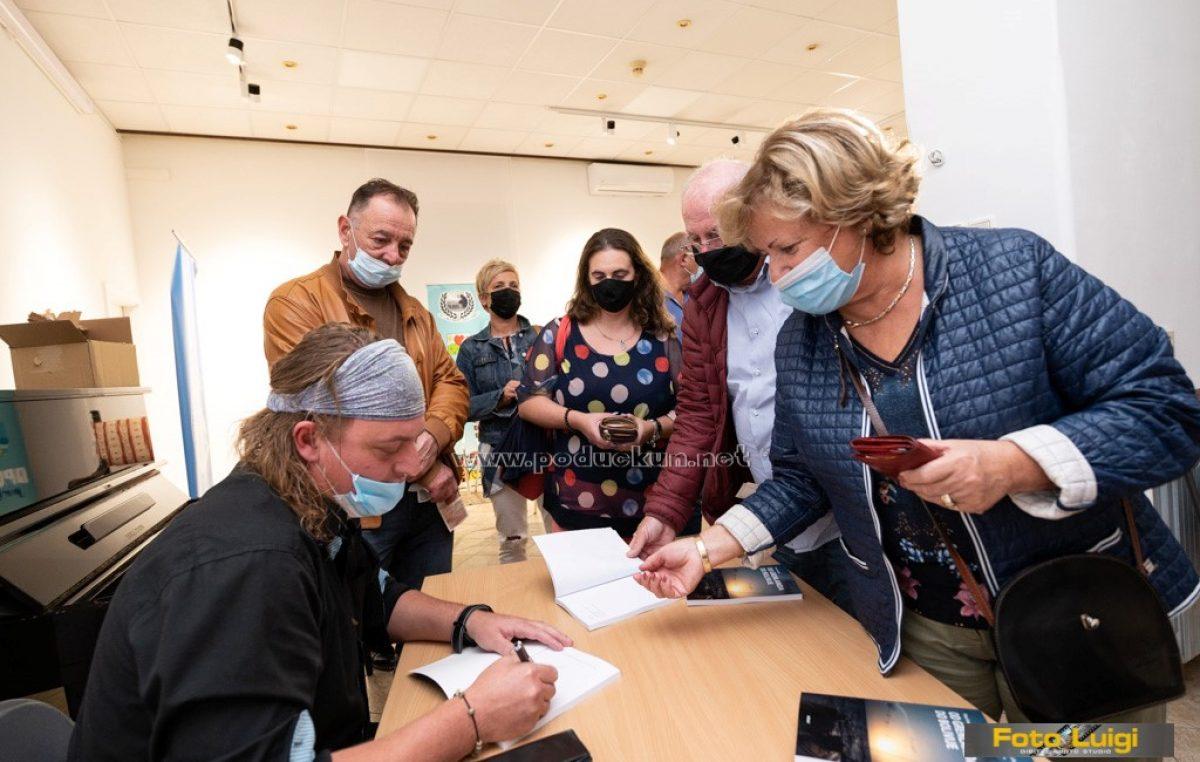 """VIDEO/FOTO U galeriji Laurus održano predstavljanje putopisa Petra Ivančića """"Od Grenlanda do Bolivije"""""""