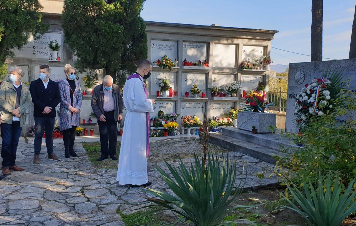 U OKU KAMERE Delegacija Grada Kastva položila vijence i zapalila svijeće na Gradskom groblju u Kastvu