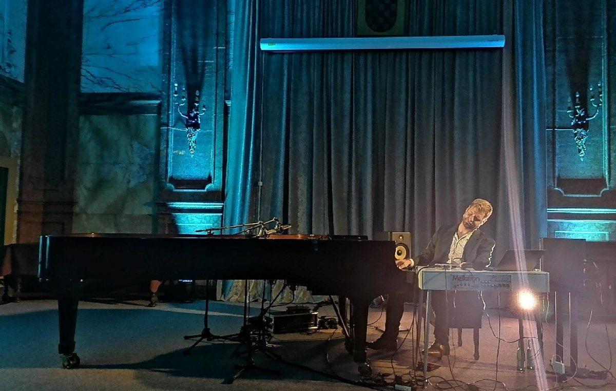 Surova realnost nije spriječila Zvjezdana Ružića u tome da svoj koncert Pianotron u Guveru učini čudesnim