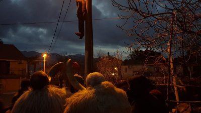 [FOTO/VIDEO] Frlanija je obesila Pusta: Spred Matiškine konobe visi Niš koristi