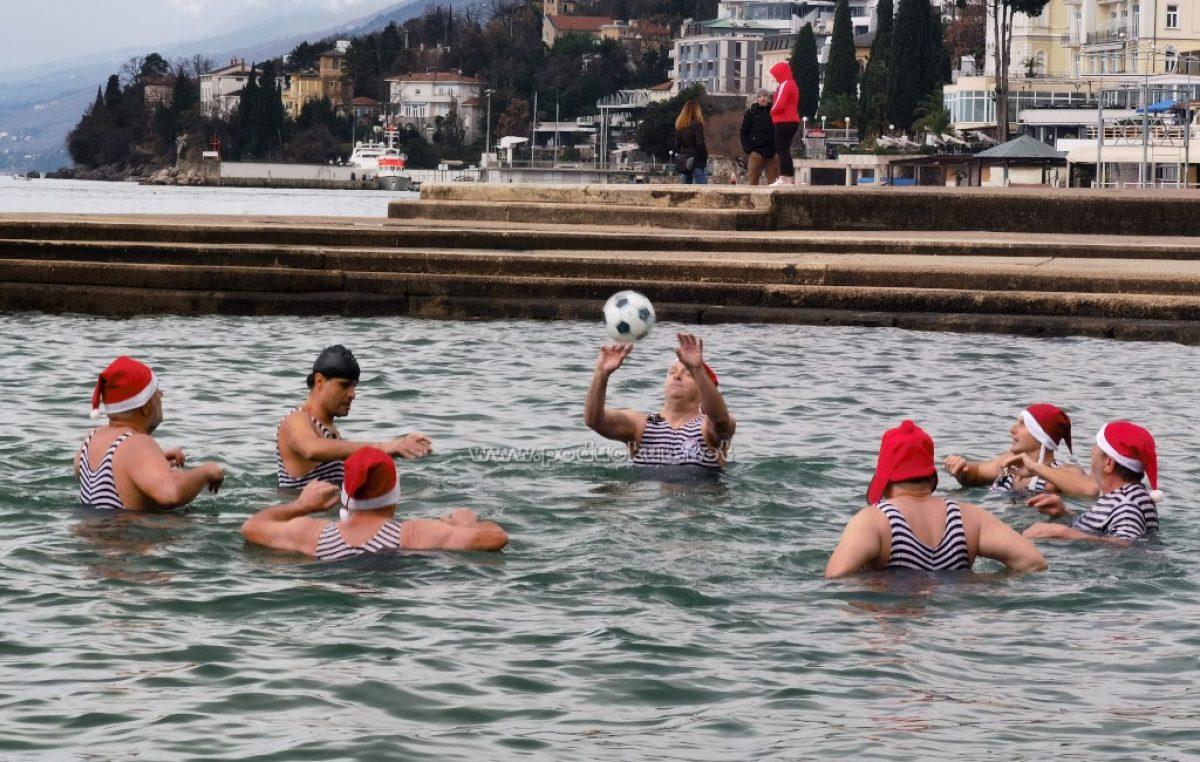 [FOTO/VIDEO] Opatijski kukali s crnim florom na kostimu otvorili sezonu kupanja 2021.