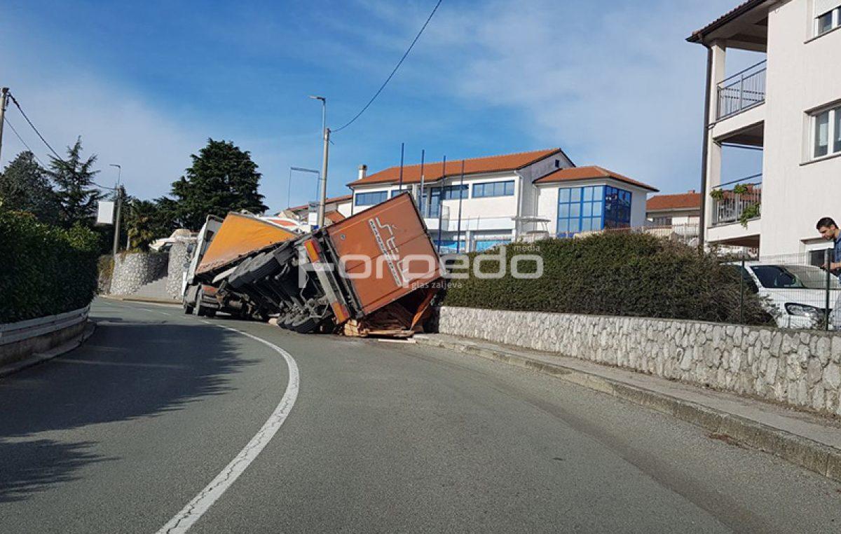 Šleper izletio s ceste: Pomicanje tereta prevrnulo kamion na susjedno dvorište