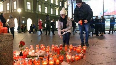 [FOTO/VIDEO] Riječani na Korzu odaju počast Đorđu Balaševiću paljenjem svijeća i pjesmom
