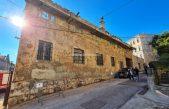 [VIDEO/FOTO] Urušava se bivše skladište Trgovačkog Opatija, dijelovi zida i žbuke padaju na cestu i po automobilima