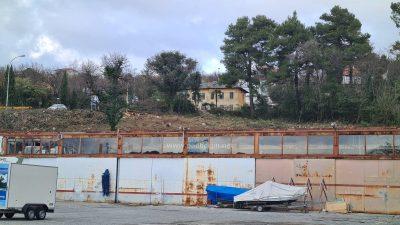 [FOTO] Počinje gradnja na prostoru bivše garaže Kvarner expressa – Posljednji ostaci nekadašnjeg turističkog giganta uskoro idu u povijest