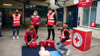 [FOTO] Tjedan Crvenog križa – Učenici demonstriraju pružanje prve pomoći