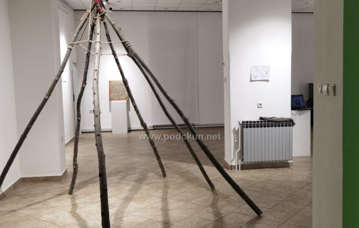 [VIDEO/FOTO] Umjetnička akcija PROLJEĆE 2021. – Zajedničko umjetničko izražavanje u prirodnom okolišu predstavljeno u prostoru galerije Laurus