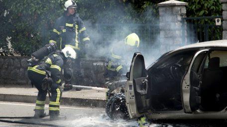 [FOTO/VIDEO] Vatrena stihija zahvatila automobil u vožnji, vatrogasci promptno ugasili požar