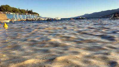 [U OKU KAMERE] Slojevi sluzi prekrivaju plaže diljem Kvarnera: Iako more nije privlačno, ne ugrožava zdravlje kupača