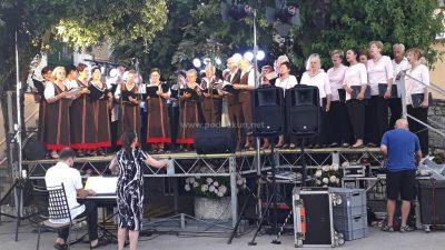[U OKU KAMERE] Mošćenička Draga odzvanjala zborskom pjesmom – KUD Lovor, PZ DVD Opatija i VIS Mareta održali nadahnut nastup