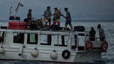 [VIDEO] Od Drage do Voloskog – Liburnijski punk band Finta de mona zasvirao ča evergrine s barke