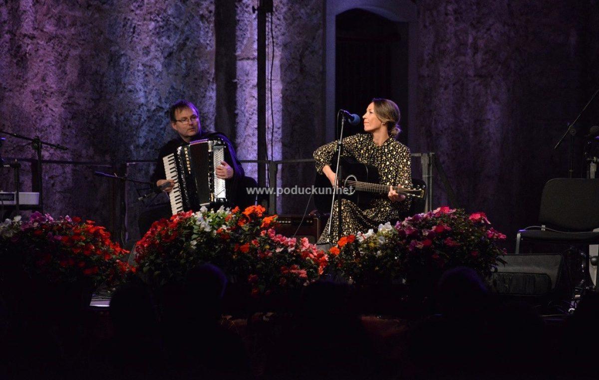 [FOTO/VIDEO] Završen 17. Čansonfest: Emanuela Lazarić i Terra Magica te Karla Pupis osvojili žiri i publiku, Vjekoslavi Jurdani nagrada za najbolji tekst