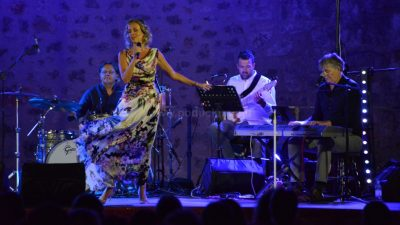 [FOTO/VIDEO] Karin Kuljanić sjajnim koncertom na Crekvini proslavila 25 godina svoje pjevačke karijere