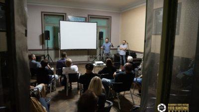 [FOTO] Čekaonica Štaciona pretvorena u kino dvoranu: Film i željeznica u fokusu posebnog programa History Film Festivala