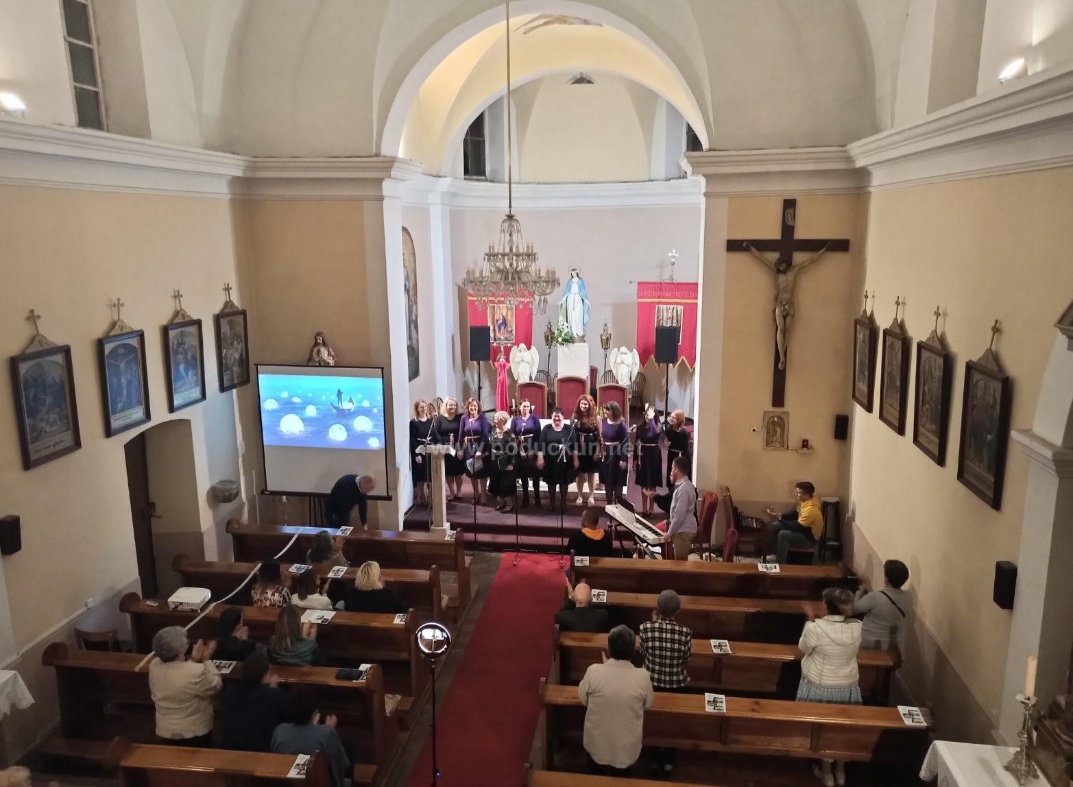 foto video prigodnim duhovnim koncertom u izvedbi pjevackog zbora sveti kuzma i damjan zapocelo obiljezavanje kuzmove